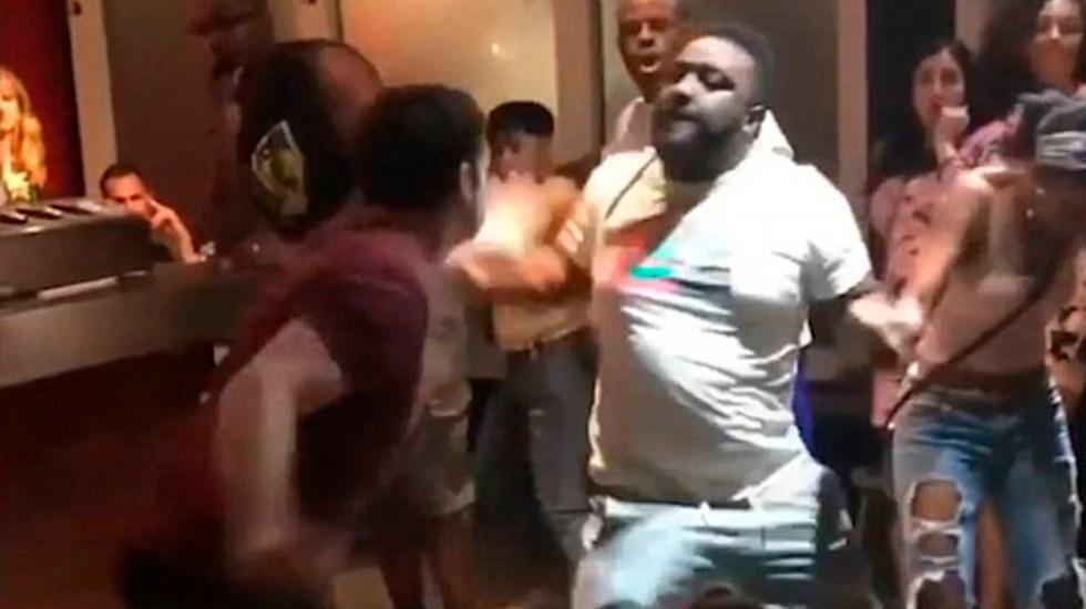 #Video Hombre provoca pelea en restaurante tras meterse a fila