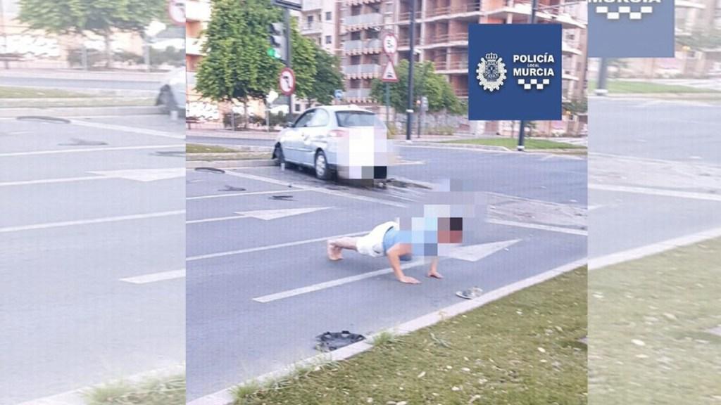 Hombre alcoholizado intenta evitar su detención haciendo lagartijas - Foto de @MurciaPolicia
