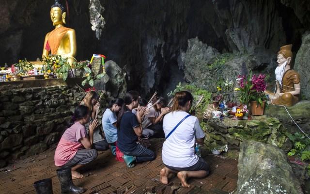 Reacciones de los padres por el rescate de sus hijos de cueva tailandesa - Familiares de los niños atrapados se han congregado en las inmediaciones de la cueva para orar y estar al tanto del rescate. Foto de AFP