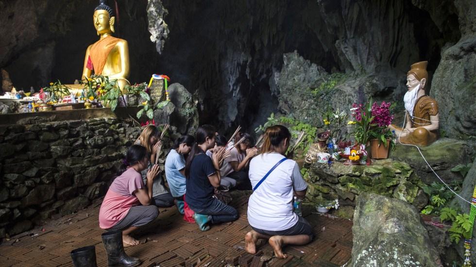 Familiares de los niños atrapados se han congregado en las inmediaciones de la cueva para orar y estar al tanto del rescate. Foto de AFP