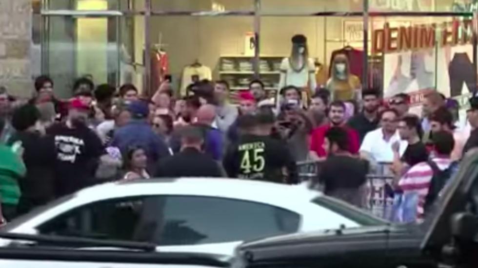 #Video Nueva riña entre manifestantes en estrella destrozada de Trump - Captura de pantalla
