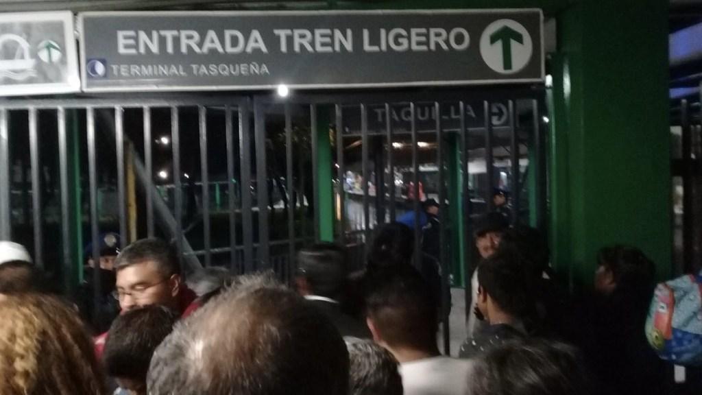 Reportan fallas en distintas estaciones del Tren Ligero - Foto de Internet