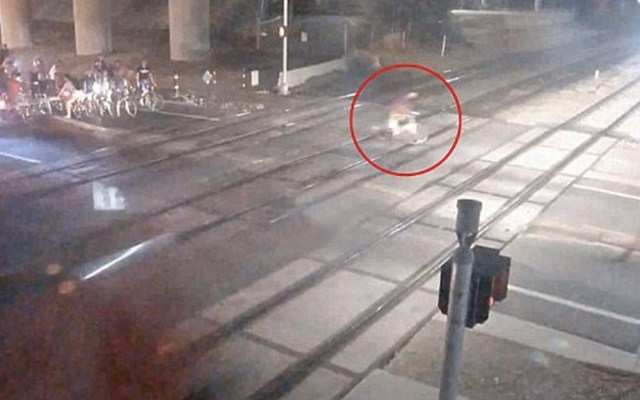 #Video Muere ciclista al intentar ganarle el paso al tren - Foto de Utah Transit Authority