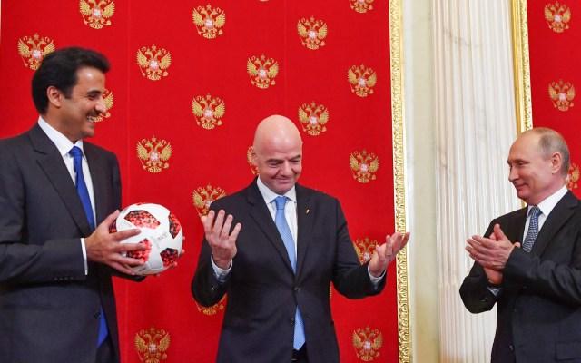 Vladimir Putin entrega a Qatar relevo simbólico del Mundial - Foto de Yuri Kadobnov/Pool/AFP