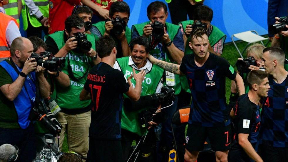 #Viral Fotógrafo de AFP México queda atrapado en festejo de jugadores croatas - Foto de AFP
