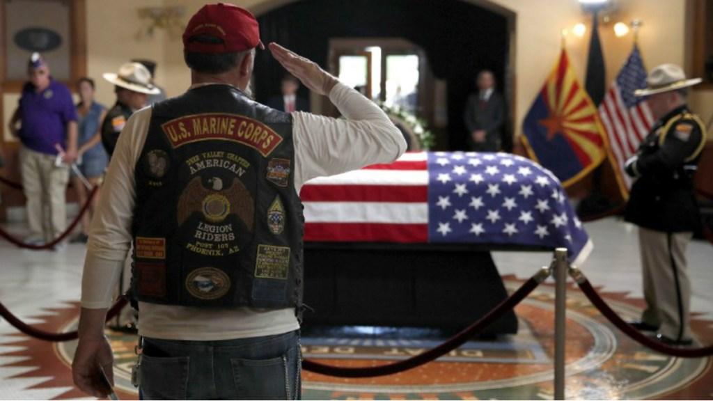 Políticos estadounidenses rinden homenaje a John McCain - Foto de AFP