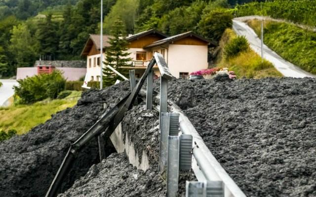 #Video Alud de tierra atraviesa una villa en Suiza - Foto de @srfbern