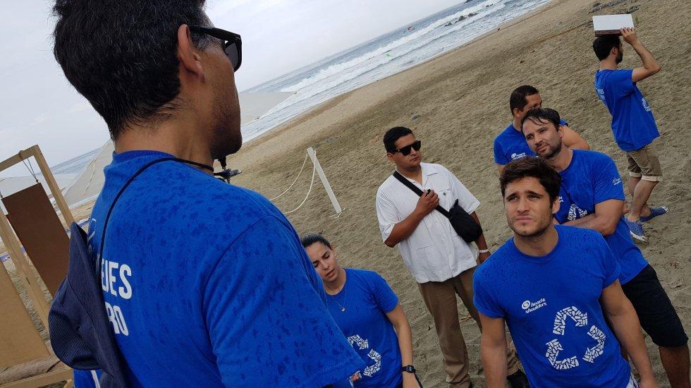 Participa Diego Boneta en limpieza de playa de Ixtapa Zihuatanejo - Foto de Carlos Tomasini