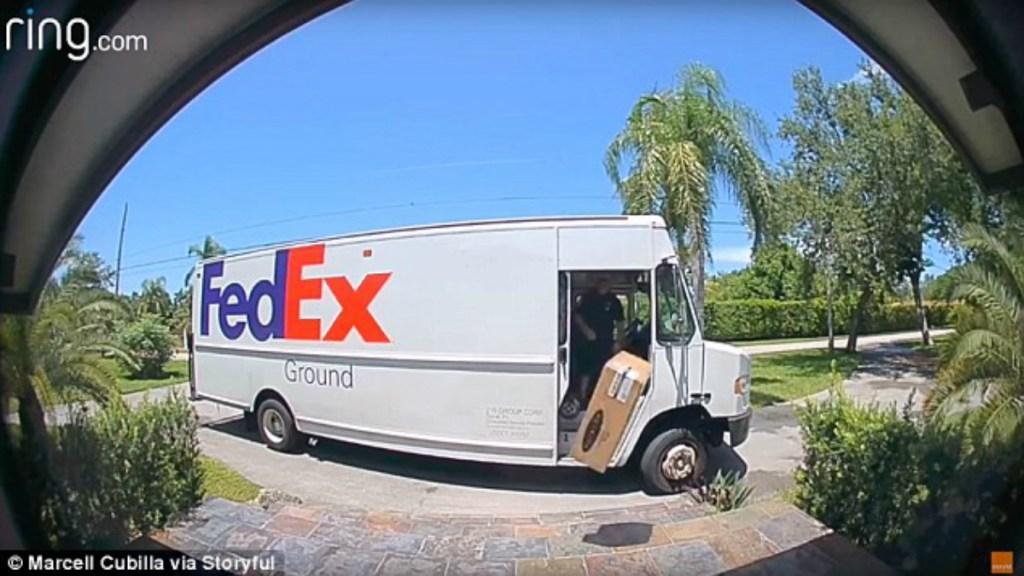 #Video Trabajador de FedEx avienta cajas con objetos delicados - Foto de Marcell Cubilla/Storyful