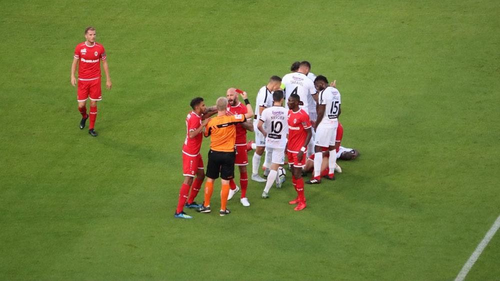 Expulsan a Omar Govea en su debut con el Royal Antwerp