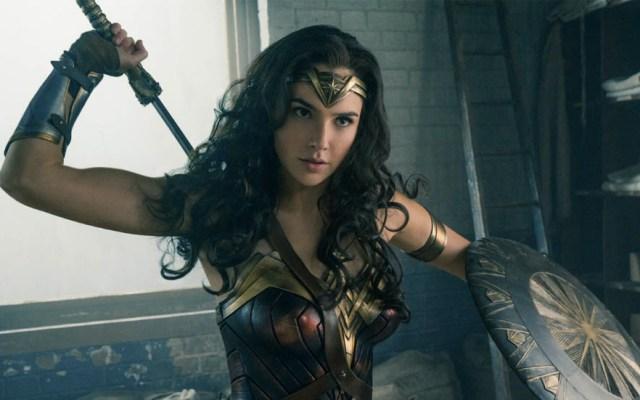 Gal Gadot aplaude a niño que usa mochila de la Mujer Maravilla - Foto de Warner Bros.