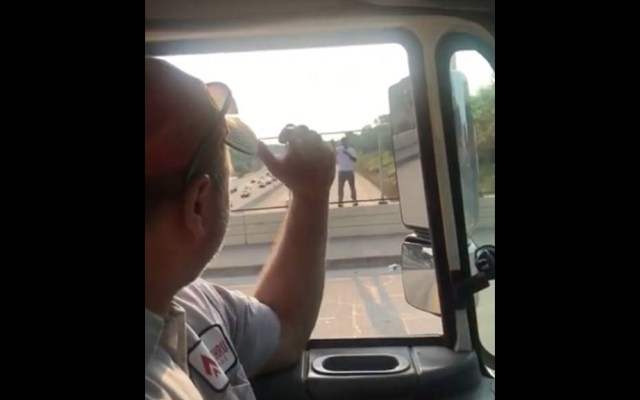 Repartidores salvan con una cerveza a potencial suicida - Captura de pantalla