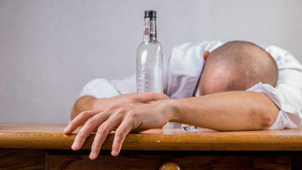#VIRAL Se queda encerrado en baño de bar tras ponerse ebrio - Foto de internet