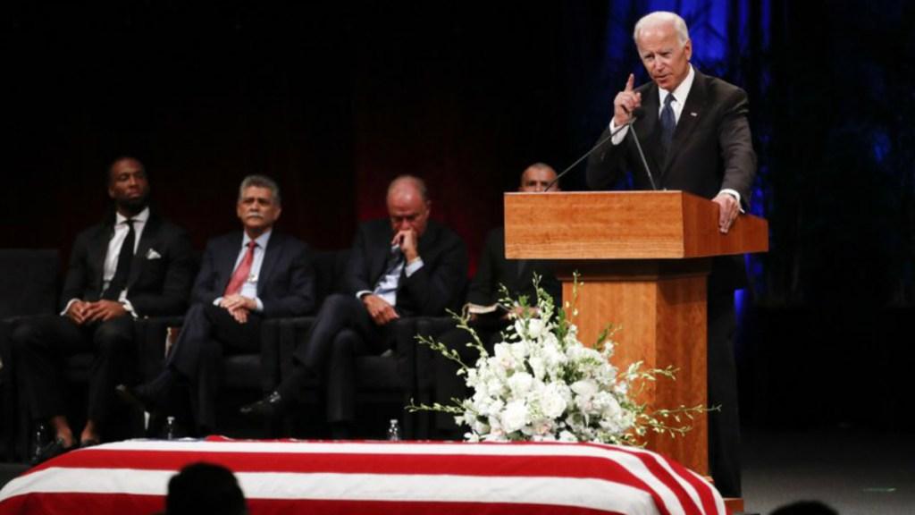 Joe Biden llora en los funerales de McCain - Foto de AP