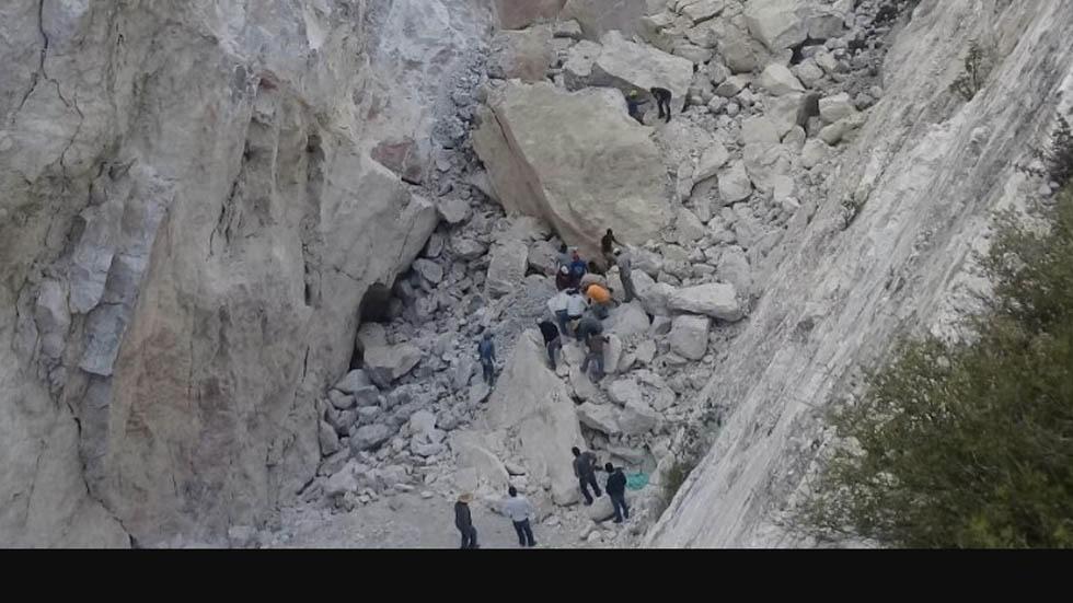 Derrumbe de mina deja personas atrapadas en Hidalgo; hay un muerto