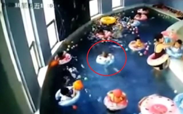 #Video Niño pasa dos minutos debajo del agua sin que nadie lo ayude - Foto Captura de Pantalla