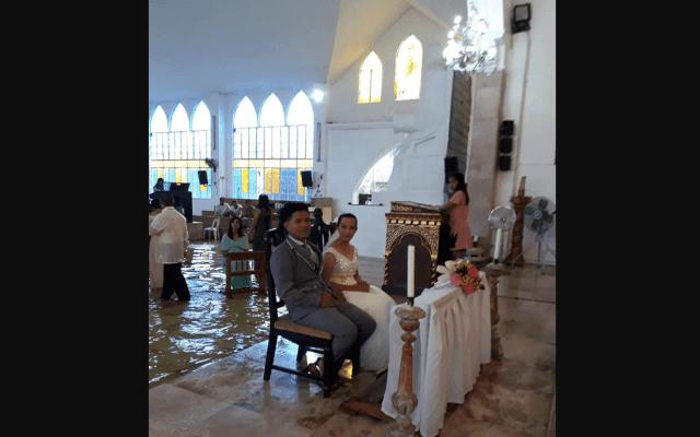 #Video Pareja se casa en iglesia inundada