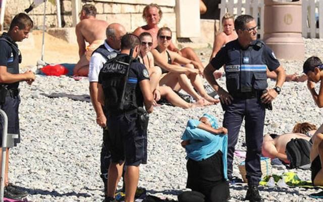 Hombre que cavó hoyo en la playa muere al interior del mismo