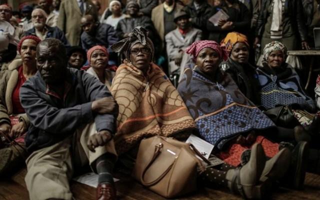 Disputa entre negros y blancos por reforma agraria en Sudáfrica - Foto de GULSHAN KHAN / AFP