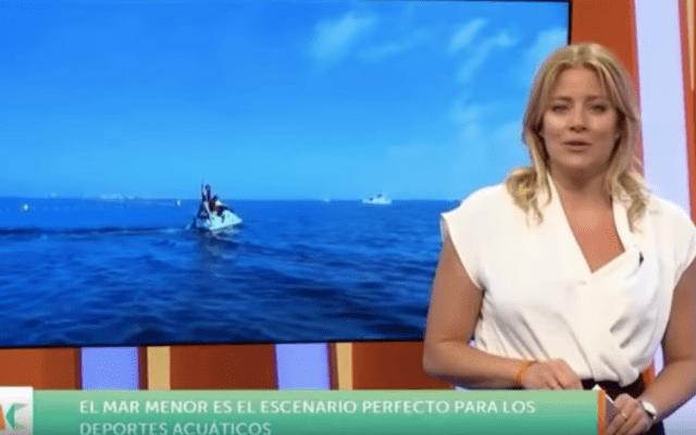 #Video Reportera cae de moto acuática en televisión en vivo