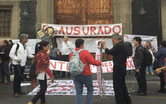 CNTE realiza clausura simbólica en las instalaciones de la SEP - Foto de @lajornadaonline