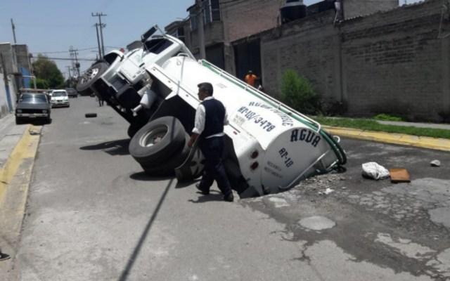 Pipa cayó en socavón en el Estado de México - Foto de @CapitalEdomex