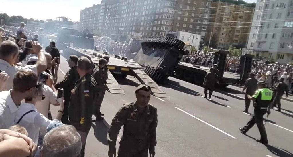 #Video Tanque de la Segunda Guerra Mundial se vuelca durante desfile en Rusia - Foto de Meduza