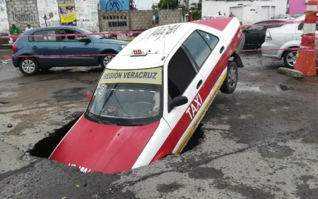 Taxi cae en socavón en Veracruz - Foto de Milenio