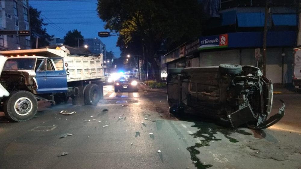 Camión provoca volcadura de auto en Eje 6 Sur - Foto de @ciemergencias