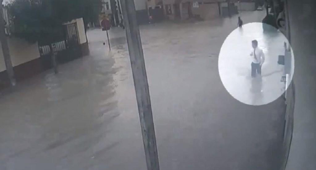 #Video Adolescente muere electrocutado al tocar poste en inundación - Foto Captura de Pantalla