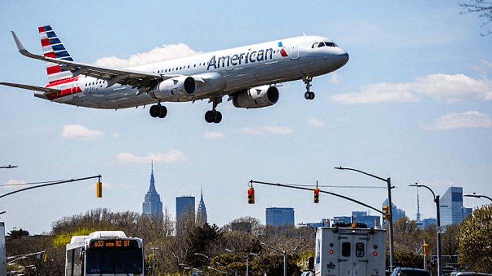#Video Piden a pasajeros de American Airlines orinar en bolsas y botellas