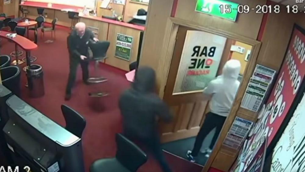 #Video Adulto mayor se enfrenta a tres ladrones y frustra asalto en Irlanda. Noticias en tiempo real