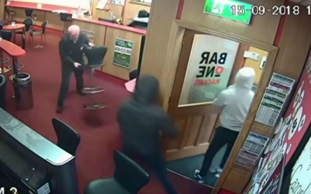 #Video Adulto mayor se enfrenta a tres ladrones y frustra asalto en Irlanda - Foto de Youtube