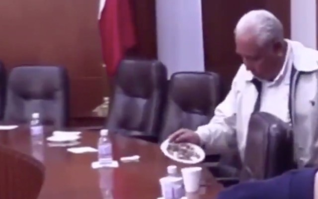 #Video Diputado de SLP guarda cacahuates y botellas de agua