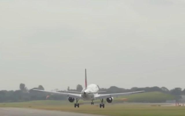#Video Avión de Air France aborta aterrizaje por fuertes vientos - Foto de Internet