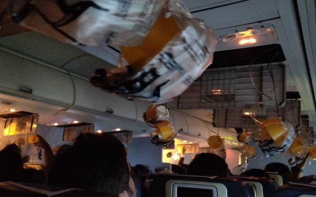 Descuido de tripulación causa lesiones a 30 pasajeros de avión - Foto de @PereiraGravina
