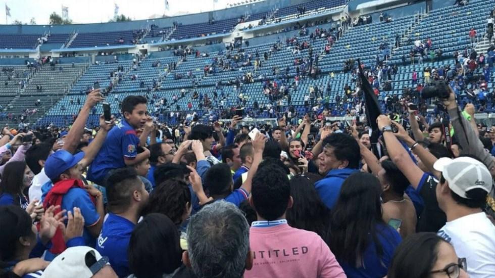 #Video Afición invade campo del Estadio Azul tras juego de leyendas - Foto de @ESPNmx