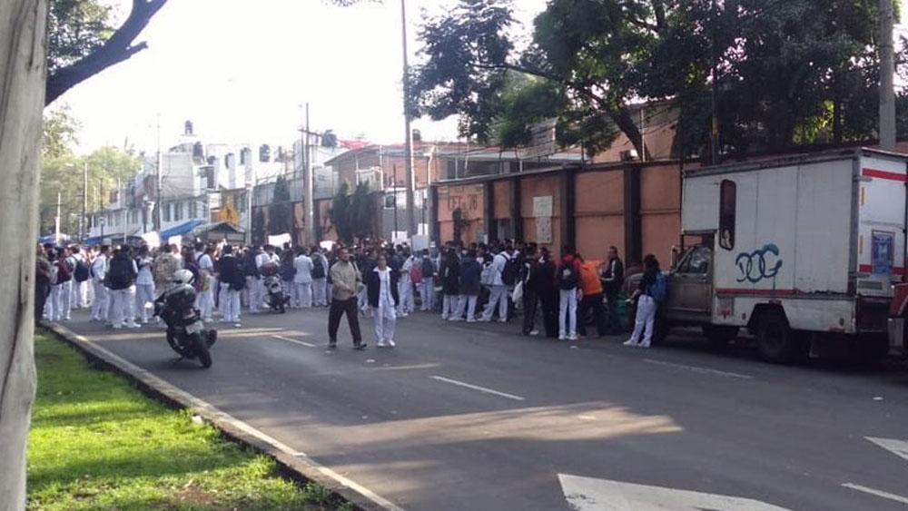 Estudiantes bloquean calzada de La Viga