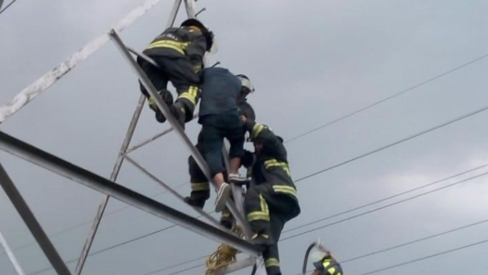 Bomberos logran evitar suicidio en Iztapalapa - Foto de @OlimpoNotiMx