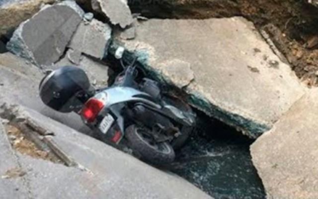 Motociclista cae a socavón en Acapulco - Foto de Quadratín
