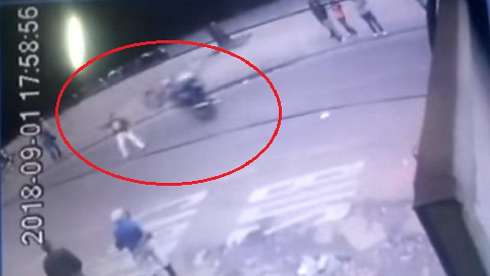 #Video Motociclista impacta a hombre al hacer truco en Colombia - Foto Captura de Pantalla