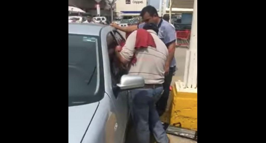 #Video Rescatan a menor que fue dejada por su padre en vehículo en Tamaulipas