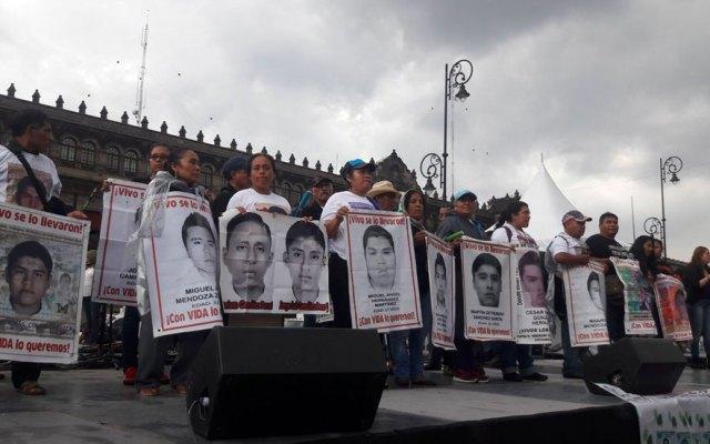 Padres de los normalistas desaparecidos realizaron mitin en el Zócalo - Padres de los 43 normalistas desaparecidos arriban al Zócalo capitalino. Foto de El Sol de México