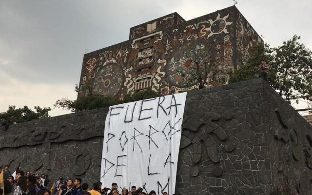 Detienen a implicado 22 en agresión porril en UNAM - Manifestación pacífica contra agresión porril en la UNAM. Foto de El Financiero