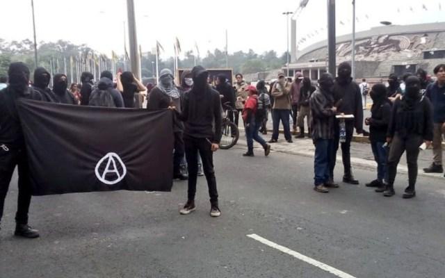 Presuntos anarquistas fueron los que ocasionaron cierre de Insurgentes en marcha de la UNAM - Foto de @ApoyoVial