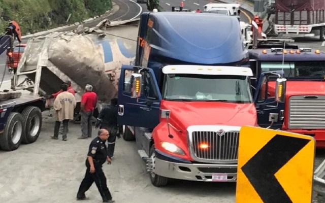Vuelca tráiler cargado de cemento en la México-Cuernavaca - Foto Especial
