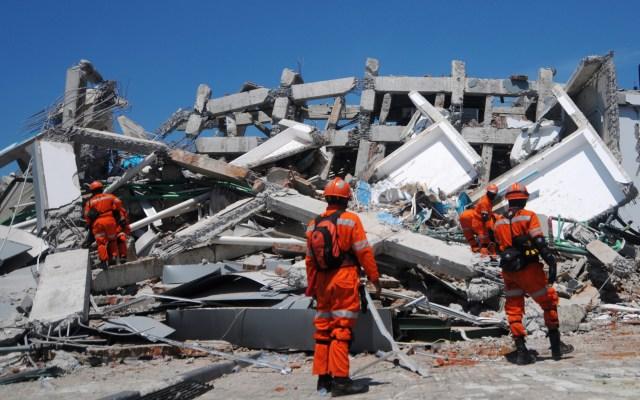 Entierran a cientos en fosas comunes tras terremoto en Indonesia - Foto de AFP