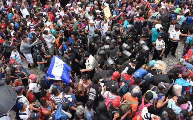La caravana migrante rompió un cerco de seguridad al tratar de llegar a México - Foto de AFP