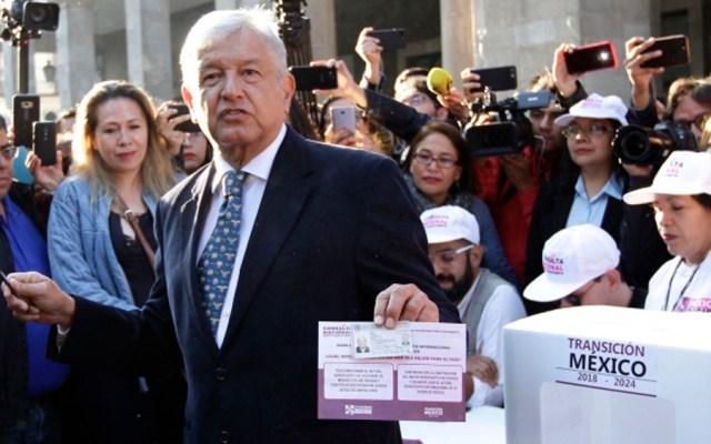 López Obrador vota en consulta ciudadana sobre NAIM - Foto de Internet