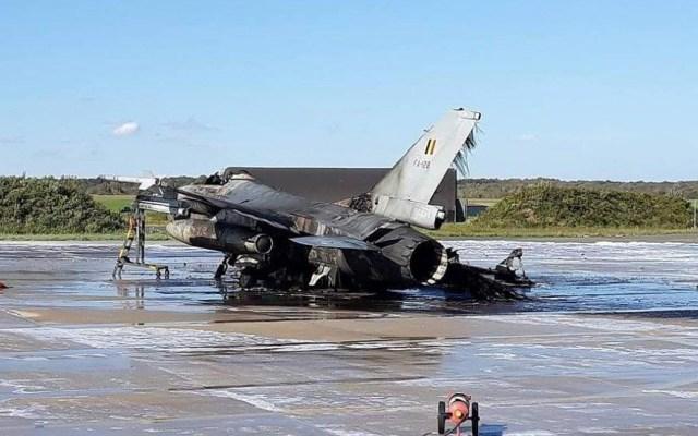 Técnico dispara accidentalmente cañón de F-16 e incendia otro avión - Foto de @ebcrew00